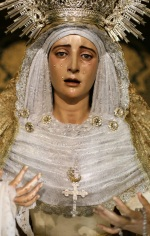 La Santísima Virgen estrena una cruz pectoral con motivos eucarísticos